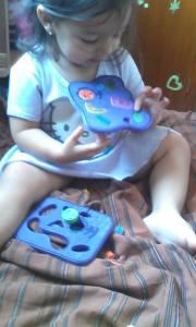 El bebé, jugando con las células